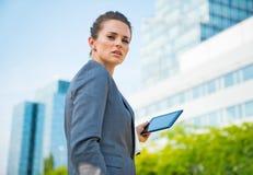 Portret biznesowa kobieta z pastylka pecetem w biurowym okręgu Obraz Royalty Free