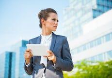 Portret biznesowa kobieta z pastylka pecetem w biurowym okręgu Fotografia Royalty Free