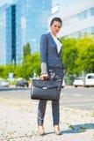 Portret biznesowa kobieta z teczką w biurowym okręgu Obrazy Stock