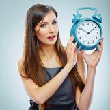 Portret biznesowej kobiety mienia zegarek zdjęcie stock