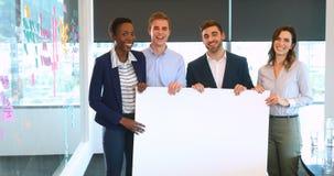 Portret biznesowi koledzy trzyma pustego sztandar 4k zbiory