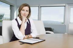 Portret bizneswoman Przy biurkiem obrazy stock