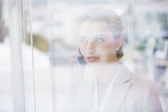 Portret bizneswoman robi rozmowie telefonicza Zdjęcia Royalty Free