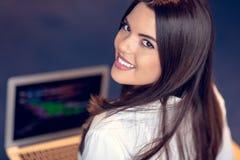 Portret bizneswoman używa laptop w tle przy kreatywnie biurem podczas gdy kolega widzieć zdjęcie royalty free