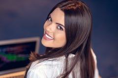 Portret bizneswoman używa laptop w tle przy kreatywnie biurem podczas gdy kolega widzieć fotografia stock