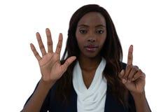 Portret bizneswoman używa niewidzialnego interfejsu ekran Zdjęcie Stock