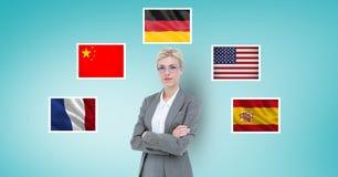 Portret bizneswoman z rękami krzyżował pozycję flaga przeciw błękitnemu tłu Zdjęcia Stock