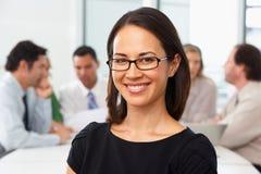 Portret bizneswomanu obsiadanie Przy sala posiedzeń stołem fotografia stock