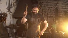 Portret blacksmith w pracującej atmosferze Mężczyzna pracuje z stopionym metalem w kuźni Obrazy Royalty Free