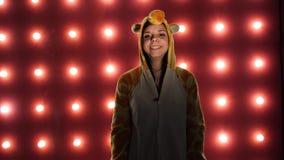 Portret blond młoda kobieta 20s jest ubranym sypialnego maskowego ziewanie po obudzić odizolowywam nad czerwonym tłem Kobieta wew zdjęcie wideo