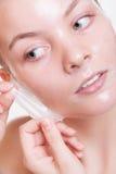 Portret blond meisje in gezichtsschil van masker. Schoonheid en huidzorg. Stock Fotografie
