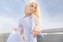 Portret blondynka jest ubranym obszarpującą suknię Zdjęcia Royalty Free