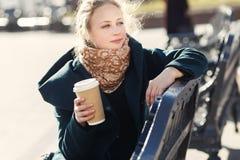 Portret blondynka na benche Zdjęcie Stock