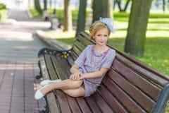 Portret blondynka w różowym ubiorze w parku outdoors Fotografia Royalty Free