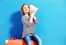 Portret blondynki dziecka dziewczyna słucha seashell przy błękitną ścianą Zdjęcia Royalty Free