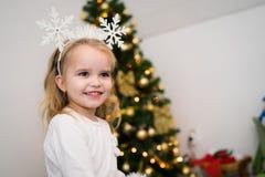 Portret blondynki dziewczyna W bielu troszkę obraz stock