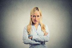 Portret blondynki gniewna kobieta na popielatym tle obraz royalty free