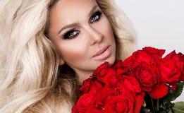Portret blondynki kobieta i spojrzenia piękny zadziwiać lon i Obraz Royalty Free