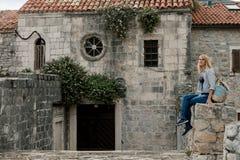 Portret blondynki kobiety podróżnika odprowadzenie w starym miasteczku i Fotografia Royalty Free