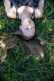 Portret blondynki młoda kobieta kłaść w trawie z długie włosy i zamkniętymi oczami śpi pokojowo w górę strona puszka zdjęcia royalty free