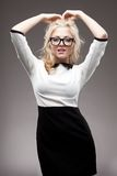 Portret jest ubranym eyeglasses blondynki kobieta Fotografia Stock