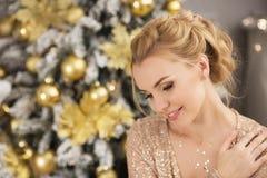 Portret blondynki młodej kobiety spojrzenia zestrzela w bożych narodzeniach Zdjęcia Stock