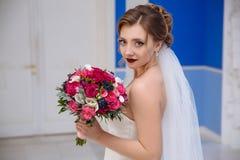 Portret blondynki panny młodej delikatnie pozy, trzyma w jej rękach fragrant bukiet kwiaty Dziewczyna z pięknym obrazy stock