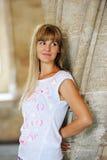 Portret blondynki szczęśliwa młoda kobieta ono uśmiecha się indoors Zdjęcia Stock