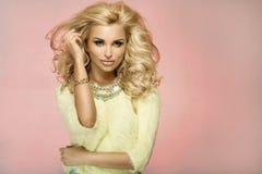 Portret blondynki zmysłowa kobieta Fotografia Royalty Free