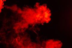 Portret boczna usta część faceci stawia czoło z barwionym backlight dymi vape i exhaling białą czerwień wewnątrz monochrom obrazy royalty free