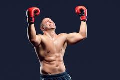 Portret boksera mistrz target369_0_ jego zwycięstwo Zdjęcia Royalty Free
