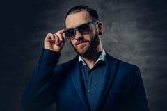 Portret brodata samiec w okularach przeciwsłonecznych i przebijanie w nosie Fotografia Royalty Free