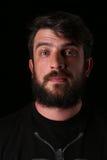Portret brodaty facet z ciekawym spojrzeniem zakończenie W górę czerń Obraz Royalty Free