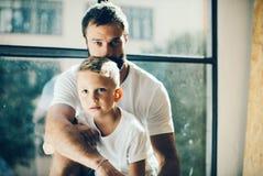 Portret brodaty mężczyzna i jego syn Zdjęcia Stock
