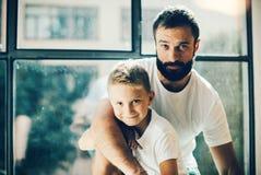 Portret brodaty mężczyzna i jego syn blisko Obraz Stock