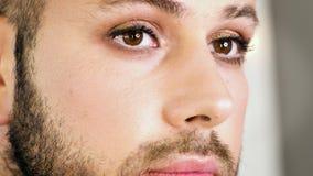 Portret brodaty mężczyzna z malującymi oczami zbiory wideo