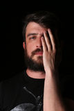 Portret brodaty mężczyzna z ręką na jego twarzy zakończenie W górę czerń Zdjęcie Stock