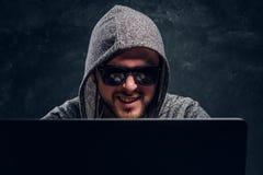 Portret brodaty zadowolony hacker zdjęcie stock