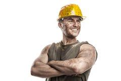 Portret brudny pracownik z hełm krzyżować rękami obrazy stock