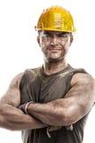 Portret brudny pracownik z hełm krzyżować rękami obrazy royalty free