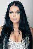 Portret brunetki atrakcyjna dziewczyna z niebieskimi oczami Obraz Stock