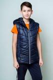 Portret brunetki chłopiec w sporty przekazuje i spodnia Fotografia Royalty Free