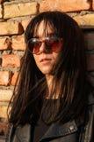Portret brunetki dziewczyna w zmroku odziewa Zdjęcie Stock