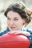Portret brunetki dziewczyna z czerwoną skórą Fotografia Stock