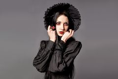 Portret brunetki kobieta w czerni sukni i klasycznym gothic sty Fotografia Stock