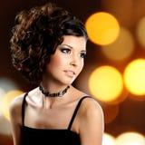 Portret brunetki kobieta z mody fryzurą zdjęcia stock
