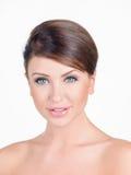Portret brunetki kobieta z Nagimi ramionami Zdjęcia Royalty Free