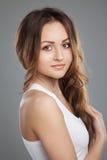 Portret brunetki młoda dziewczyna z pięknymi oczami w białych t-s Obraz Royalty Free