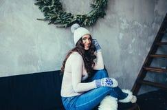 Portret brunetki piękna dziewczyna jest ubranym pulower Zdjęcia Stock