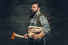 Portret brutalna brodata myśliwy samiec trzyma cioskę na jego shoul Obrazy Stock